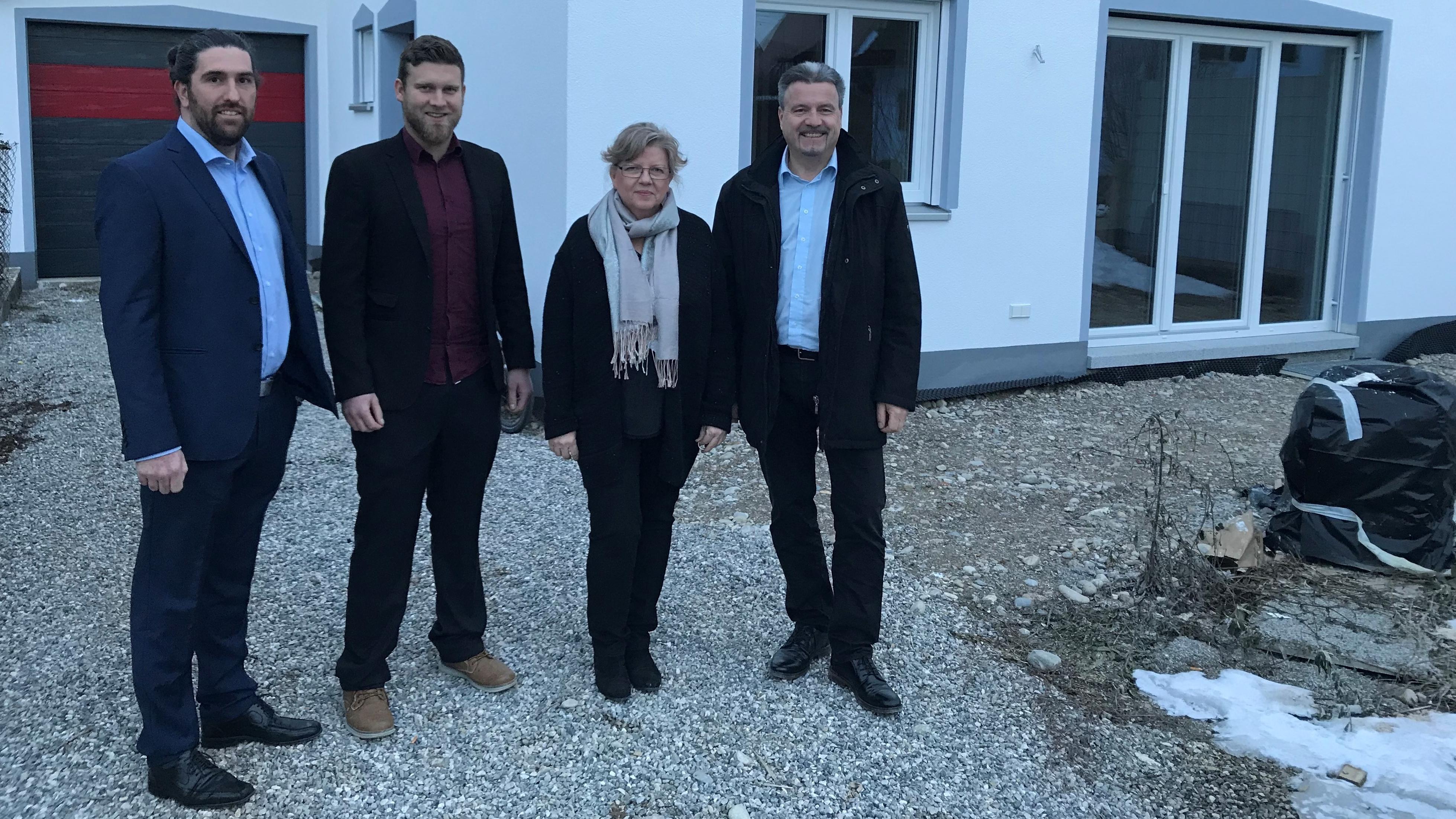 Die Initiatoren des Projekts vor dem Haus in Lagerlechfeld.