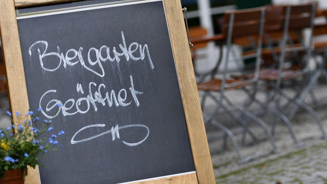 """""""Biergarten geöffnet"""" steht auf einem Schild vor einer Wirtschaft in Seehausen."""