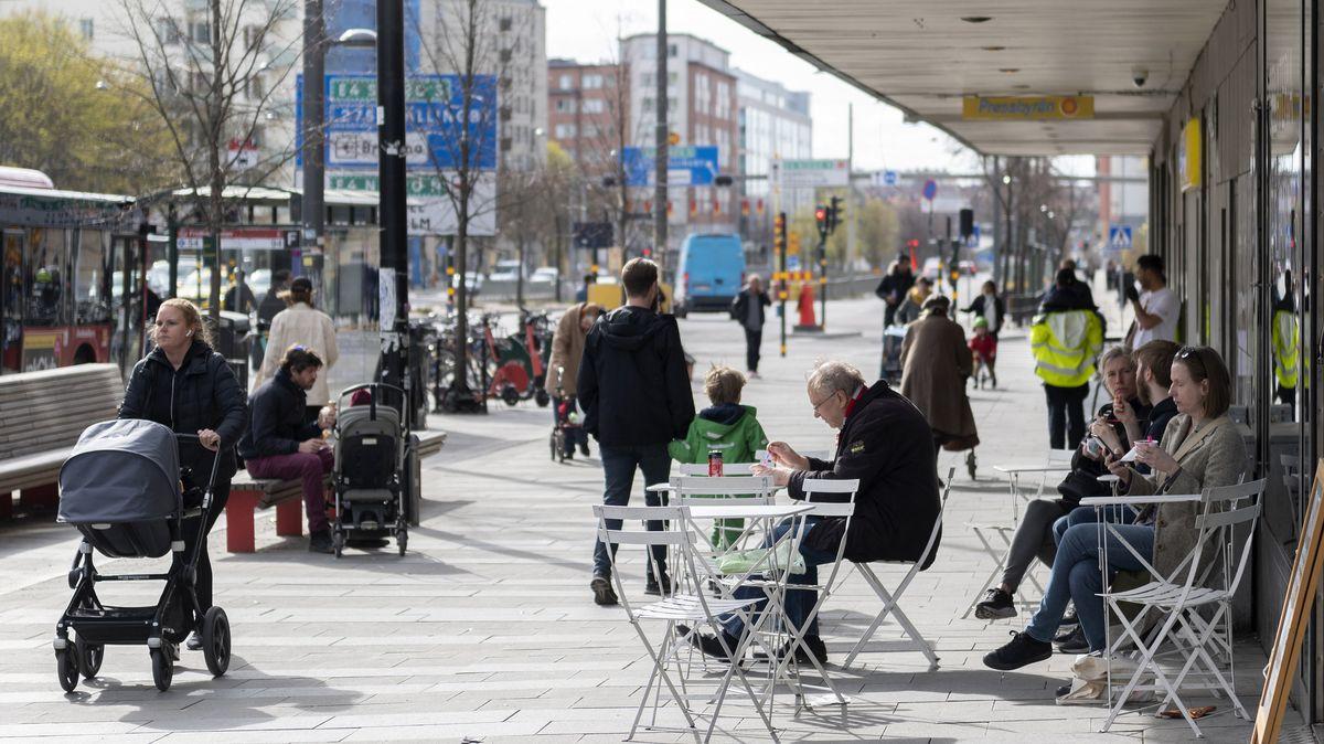 Menschen sitzen am 20. April 2020 im Stadtzentrum von Stockholm vor einem Eiscafé