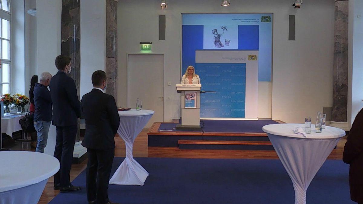 Melanie Huml bei der Übergabe in Nürnberg