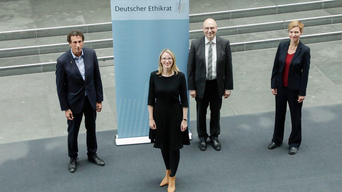 Der Vorstand des Detuschen Ethikrates: Vorsitzende Alena Buyx steht vorn, dahinter Julian Nida-Rümelin, Volker Lipp und Susanne Schreiber (v.l.)