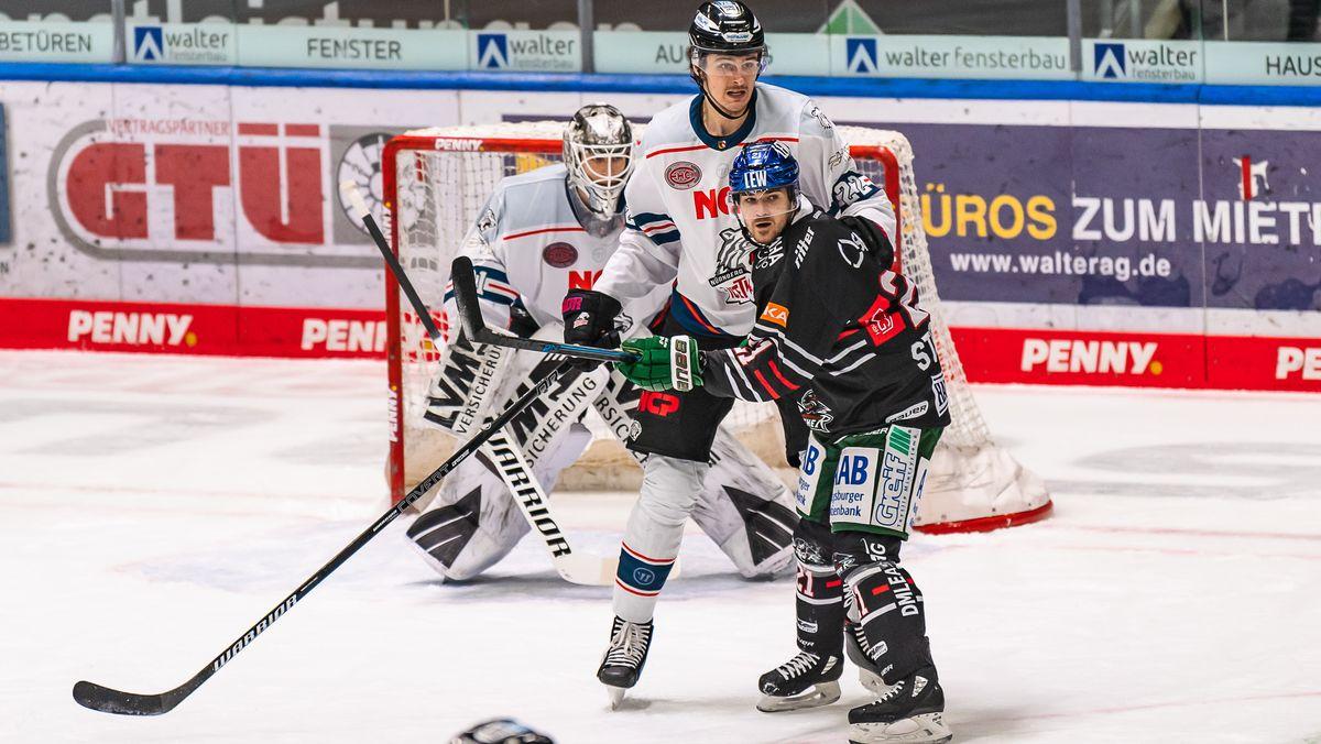 Oliver Mebus (Nuernberg Ice Tigers, #22) und David Stieler (Augsburger Panther, #21) vor dem Tor von Niklas Treutle (Torwart, Nuernberg Ice Tigers, #31)