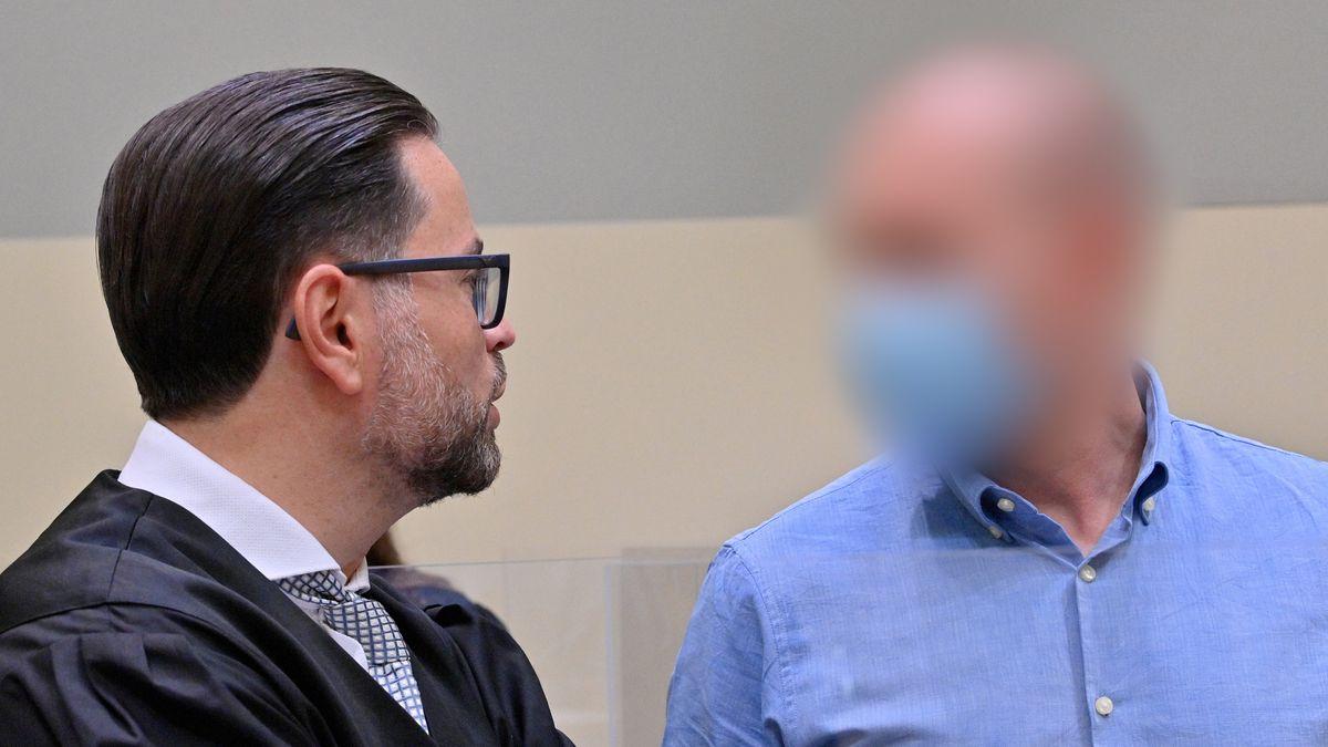 Mark Schmidt und sein Anwalt (Aufnahme vom ersten Prozesstag)