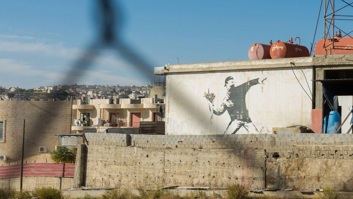Banksy-Graffiti an einer Garagenwand in Palästina.