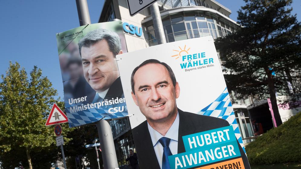 Plakate für Hubert Aiwanger (r) von den Freien Wählern und Ministerpräsident Markus Söder, CSU  | Bild:pa/dpa/Michael Kappeler