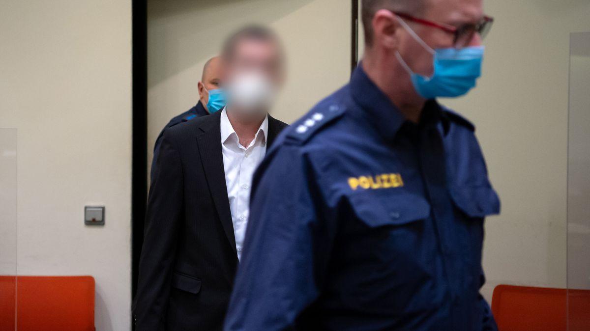 Der Angeklagte wird in den Gerichtssaal gebracht (April 2021)
