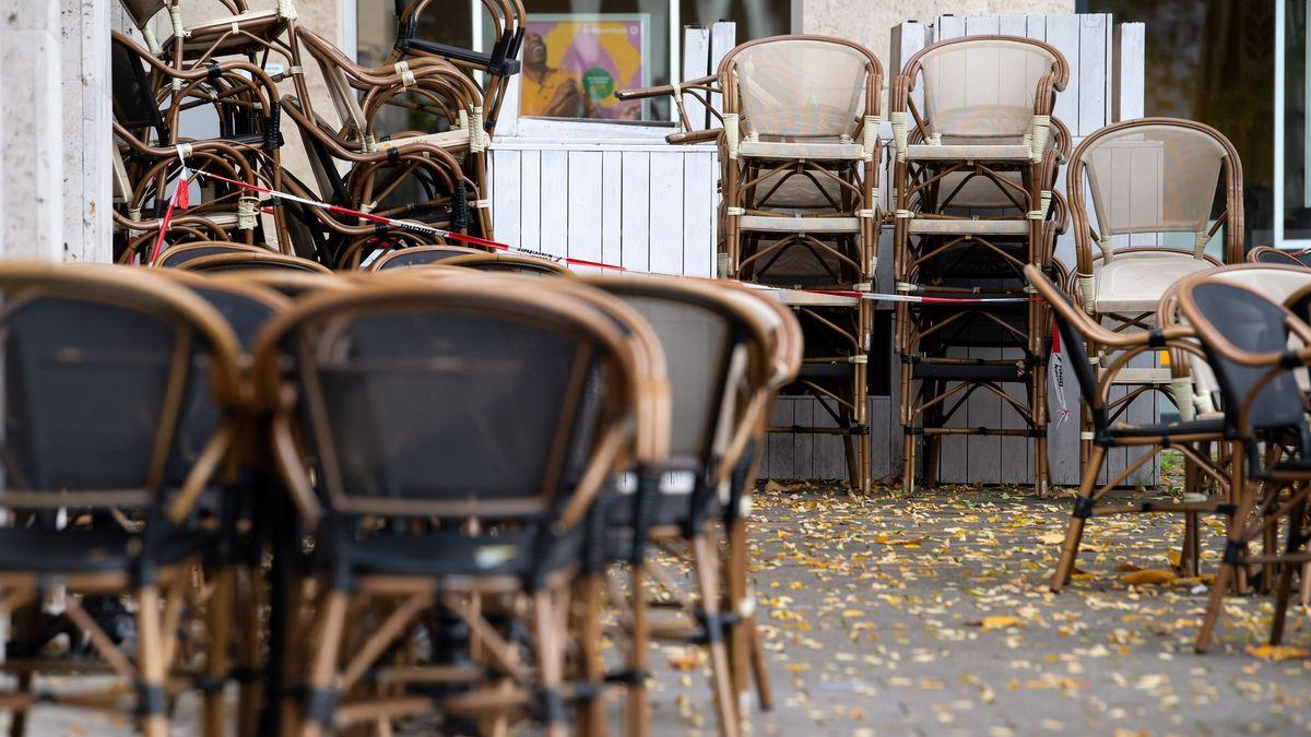 Hochgestellte Stühle an einer Gaststätte