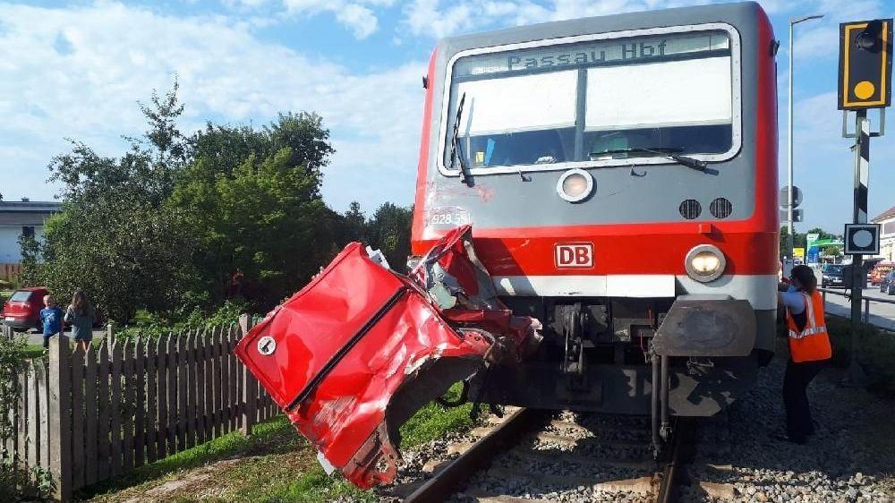 An dem Regionalzug hängt noch die Tür des erfassten Kombis
