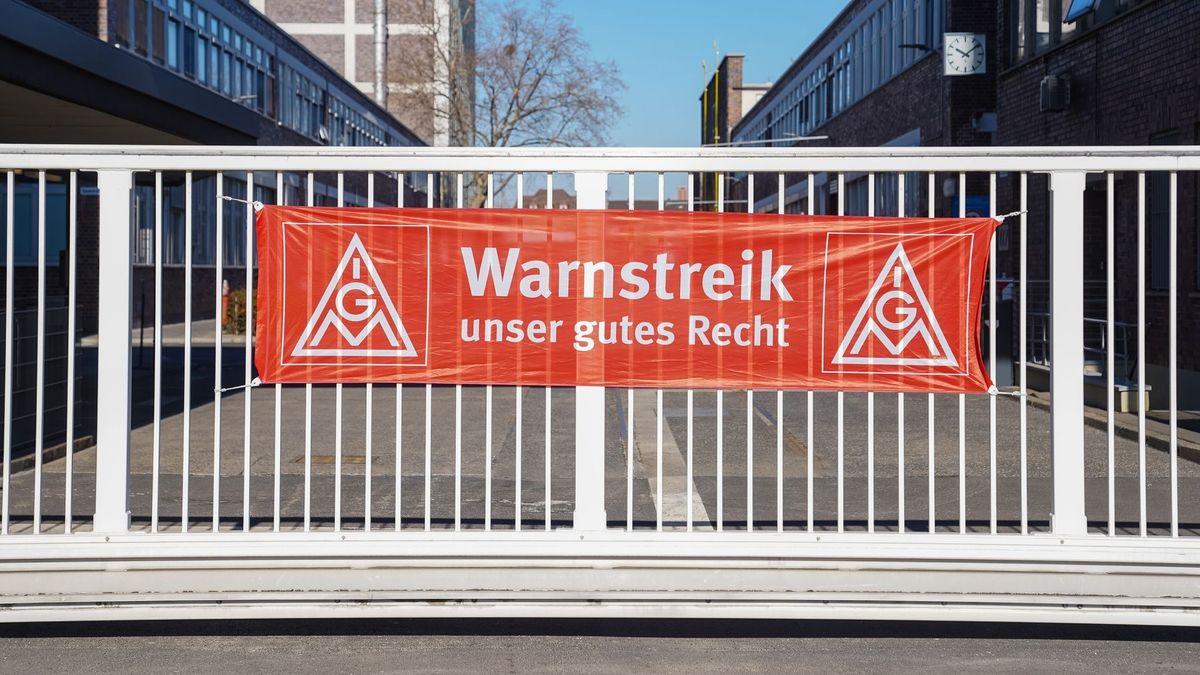 """Am Werkseingang einer Firma ist ein Banner der IG Metall mit dem Schriftzug """"Warnstreik - unser gutes Recht"""" angebracht"""
