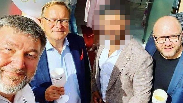 Oberbürgermeister Andreas Starke (zweiter von links) hält bei der Eröffnung eines Schönheitssalons in Bamberg ein Glas in der rechten Hand.