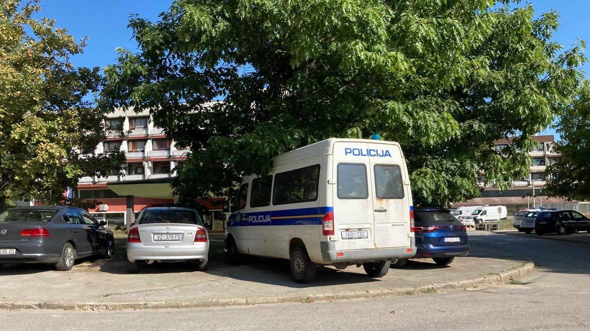 Interventionspolizei ist unter anderem im kroatischen Topusko untergebracht. In Mannschaftswagen auf dem Hotelparkplatz liegt auch ihre Uniform.