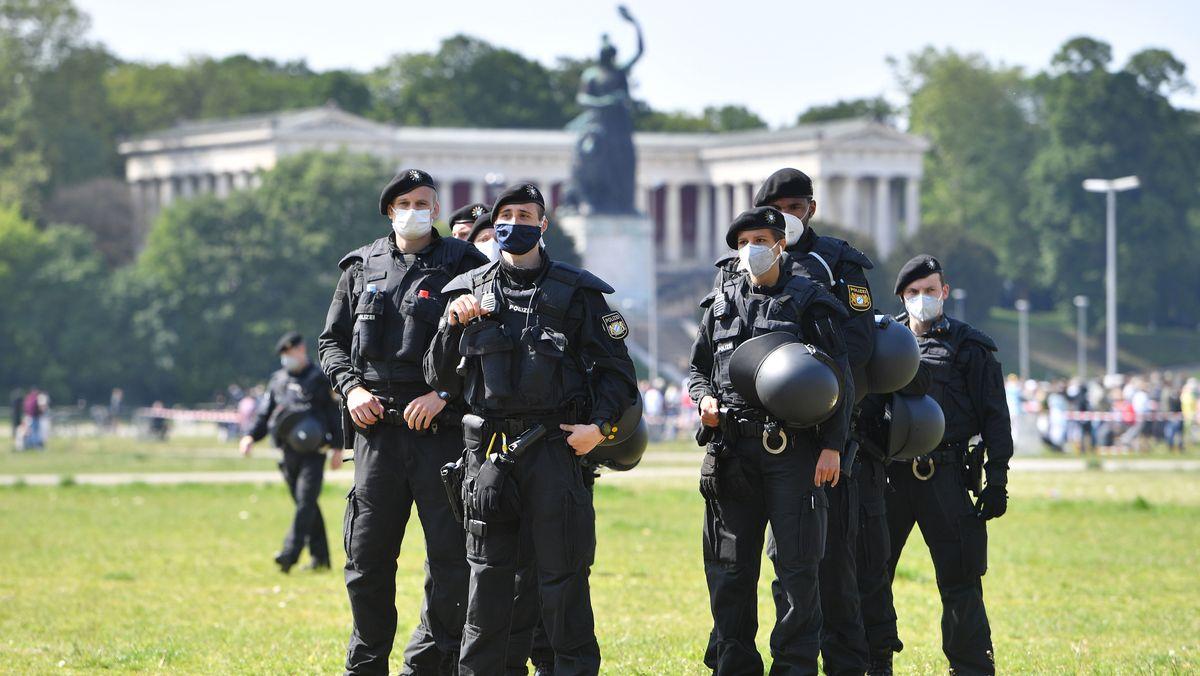 Polizisten bei Demonstration gegen Corona-Einschränkungen auf der Theresienwiese in München am 16.05.2020