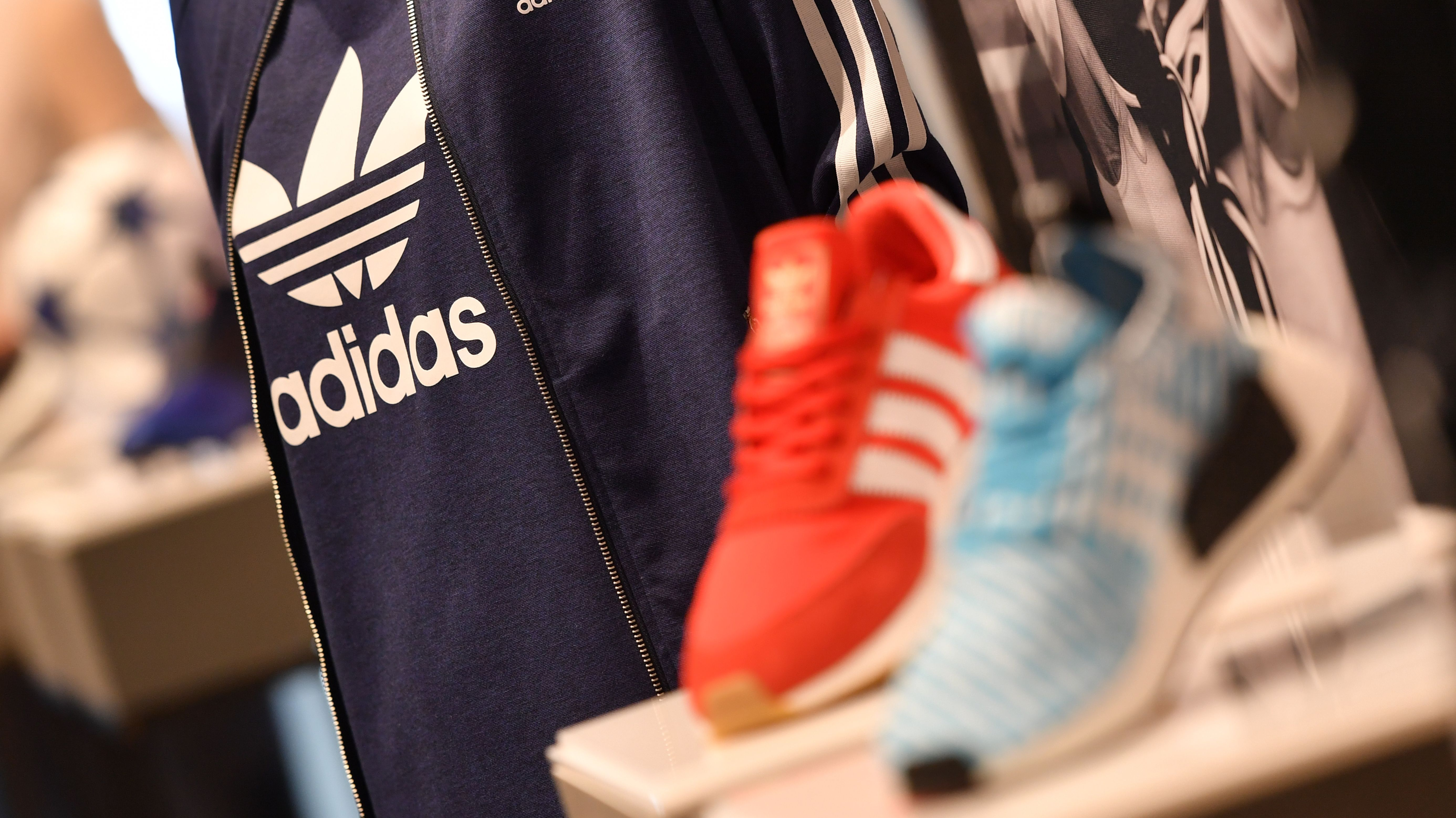 Schuhe und Kleidung von Adidas.