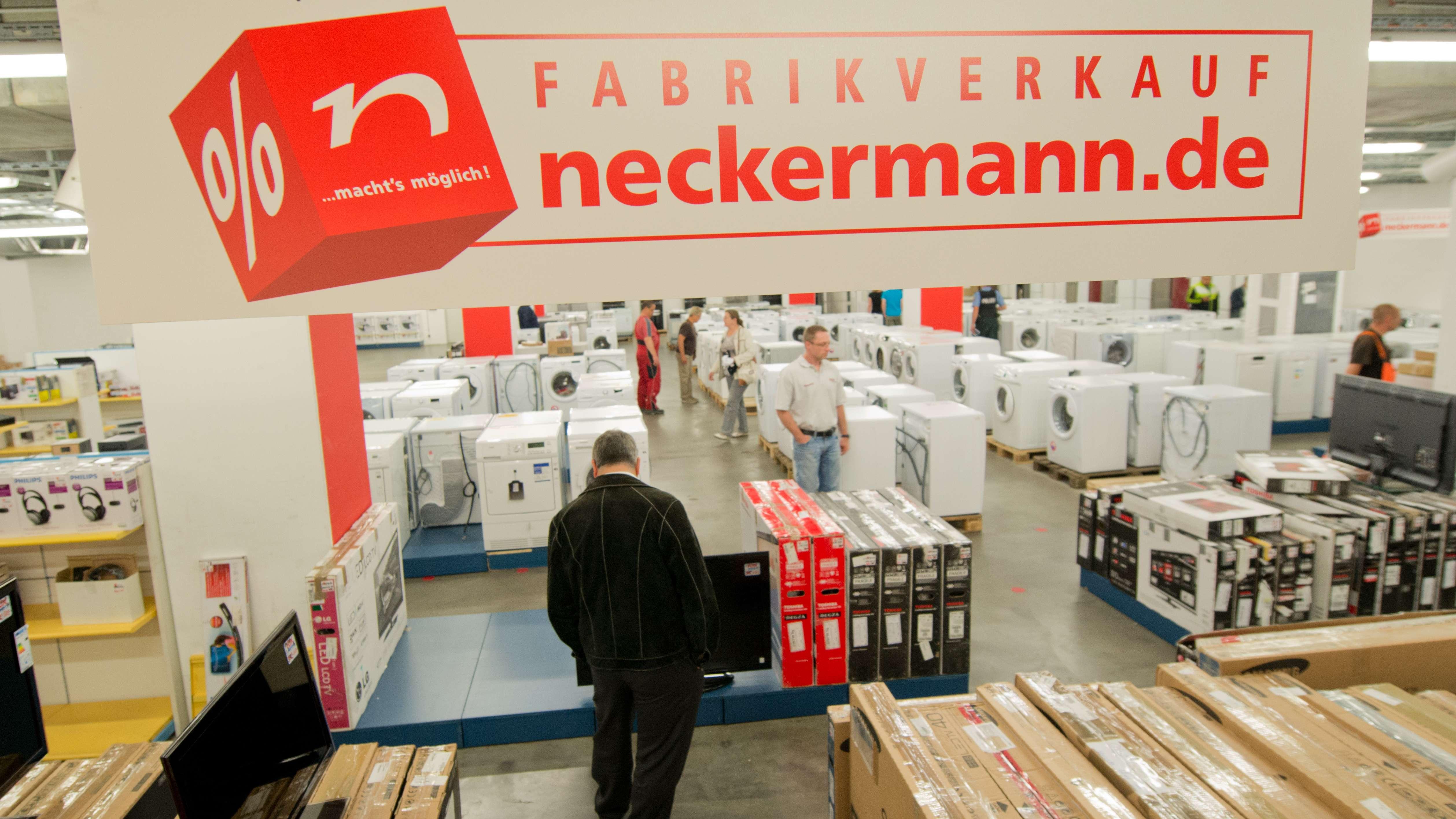 Kunden stöbern 2012 in der Neckermann-Zentrale in Frankfurt am Main.