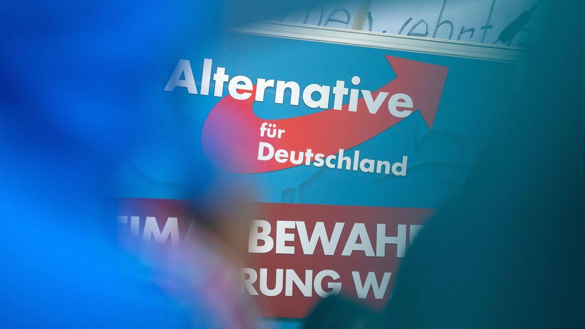 Das Logo der AfD ist an einem Parteistand zu sehen