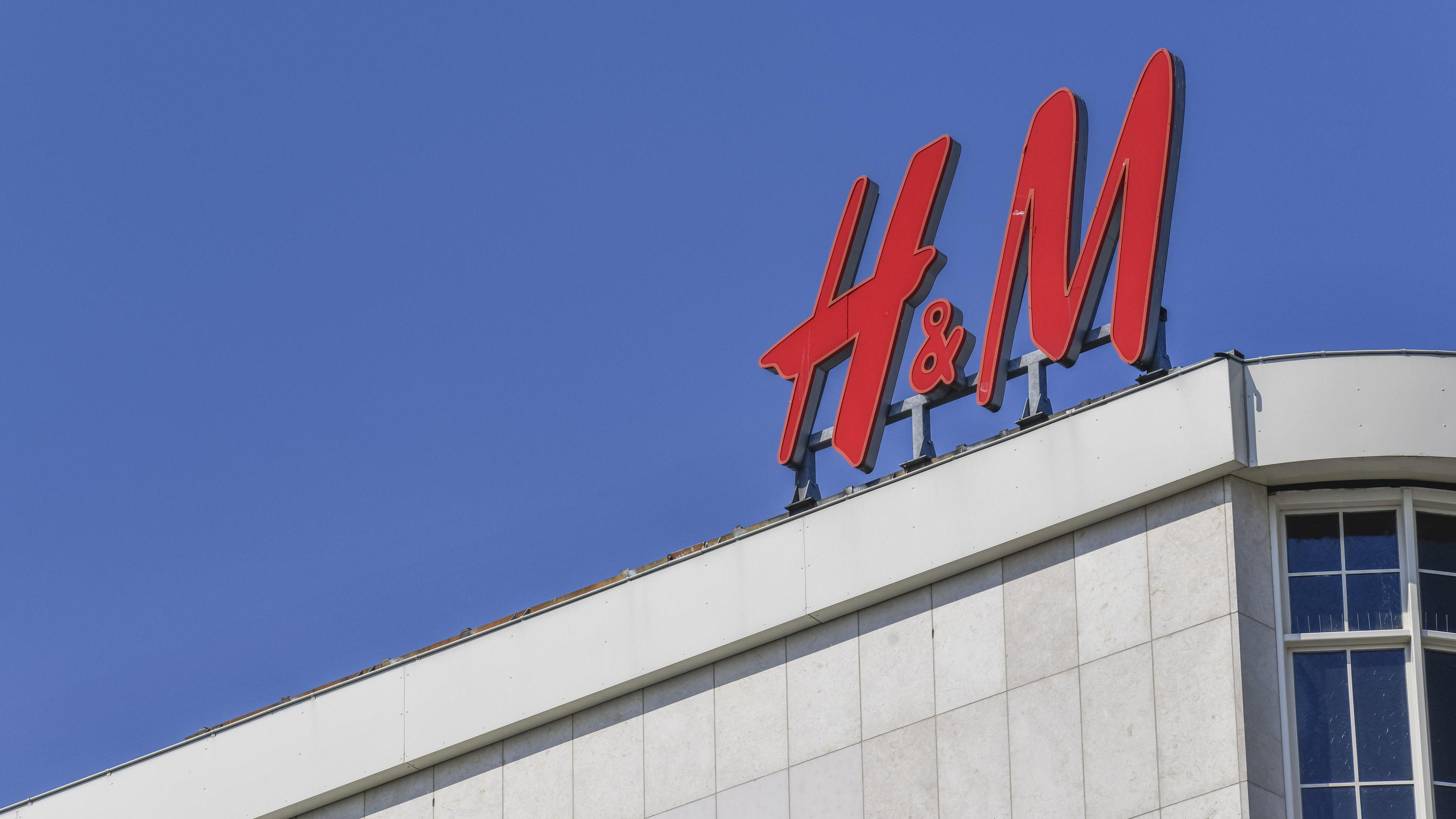 H&M-Logo, Georgstrasse, Hannover, Niedersachsen, Deutschland