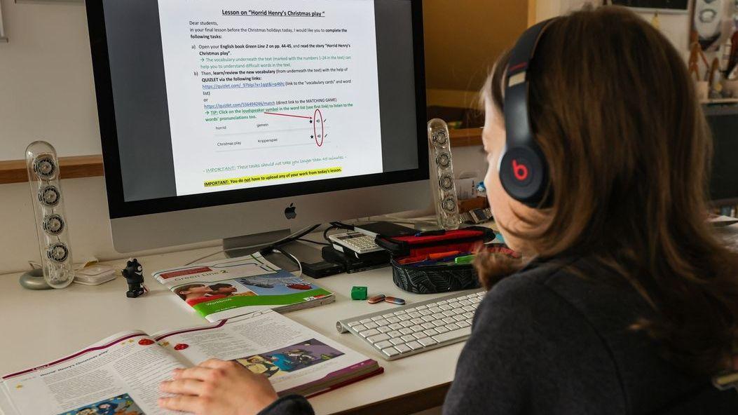 Ein Schüler löst Aufgaben am Computer (Symbolbild).