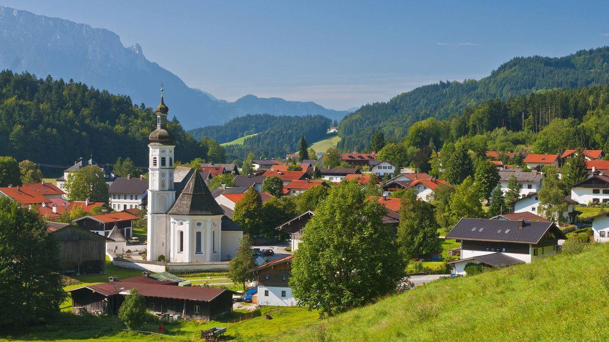 Der Aschauer Ortsteil Sachrang eingebettet im Chiemgauer Voralpenland