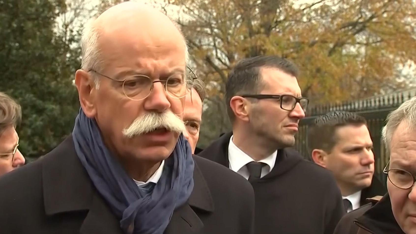 Dieter Zetsche, Vorstandsvorsitzender von Daimler, spricht nach einem Treffen mit US-Präsident Trump mit Journalisten