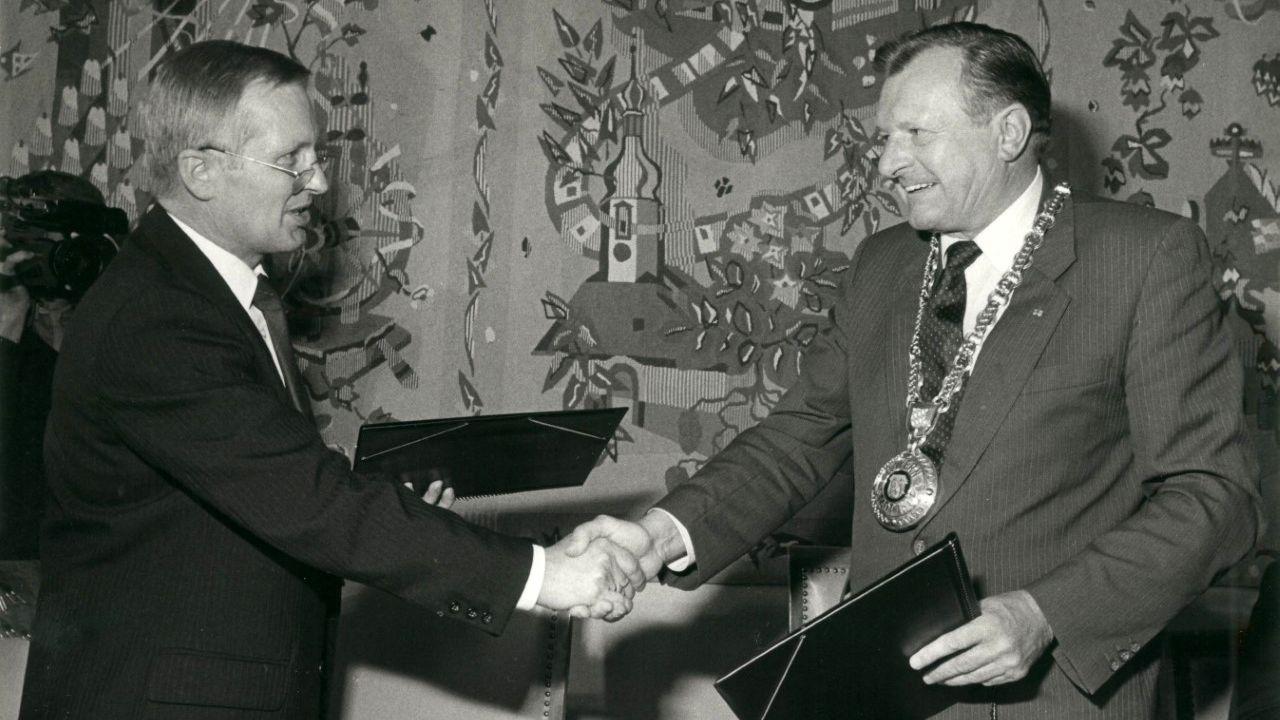 Die Oberbürgermeister von Plauen und Hof, Dr. Norbert Martin und Dr. Hans Heun, bei der Unterzeichnung der Städtepartnerschaft.