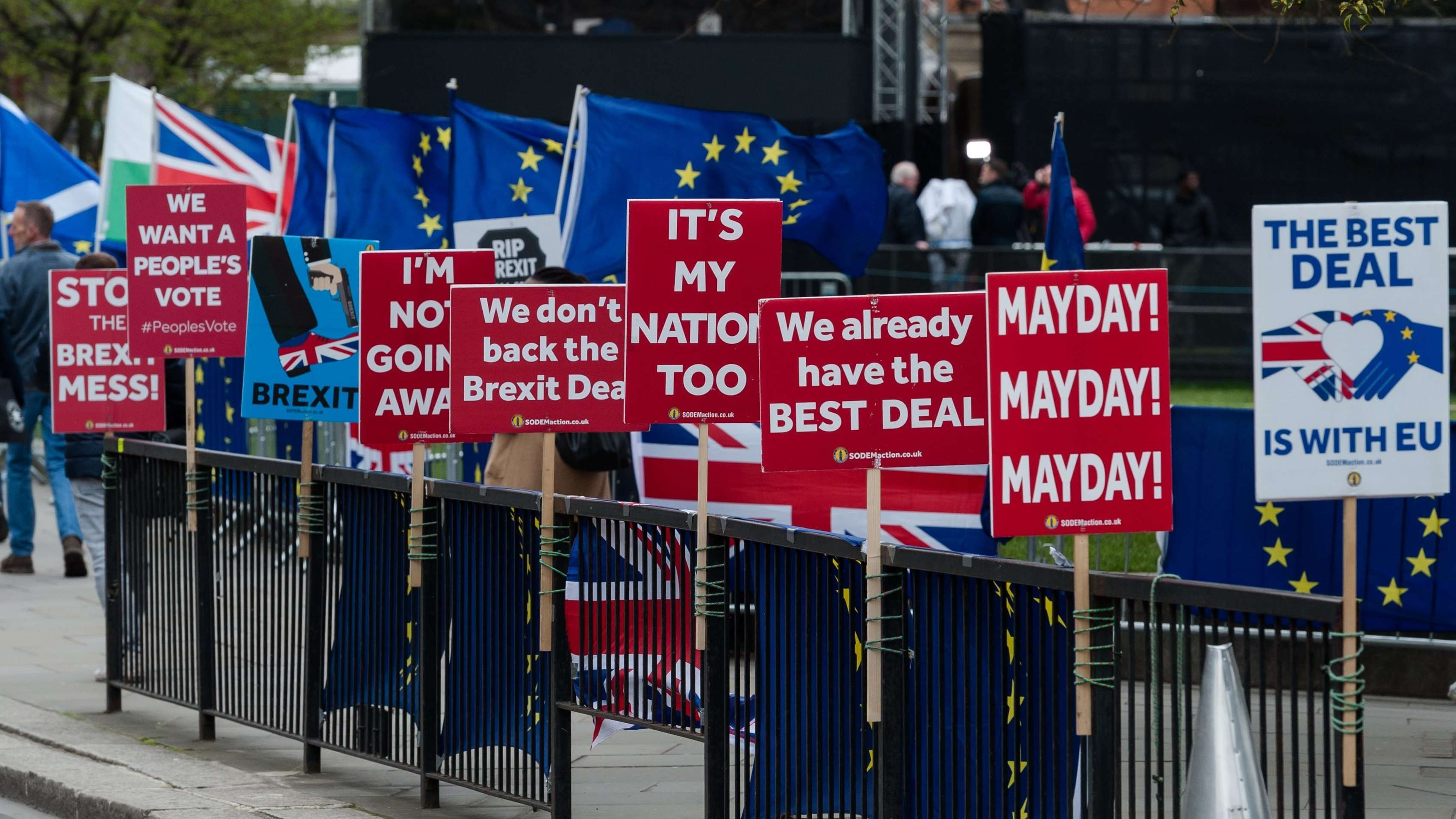 Pro EU-Demonstranten vor dem Houses of Parliament in London