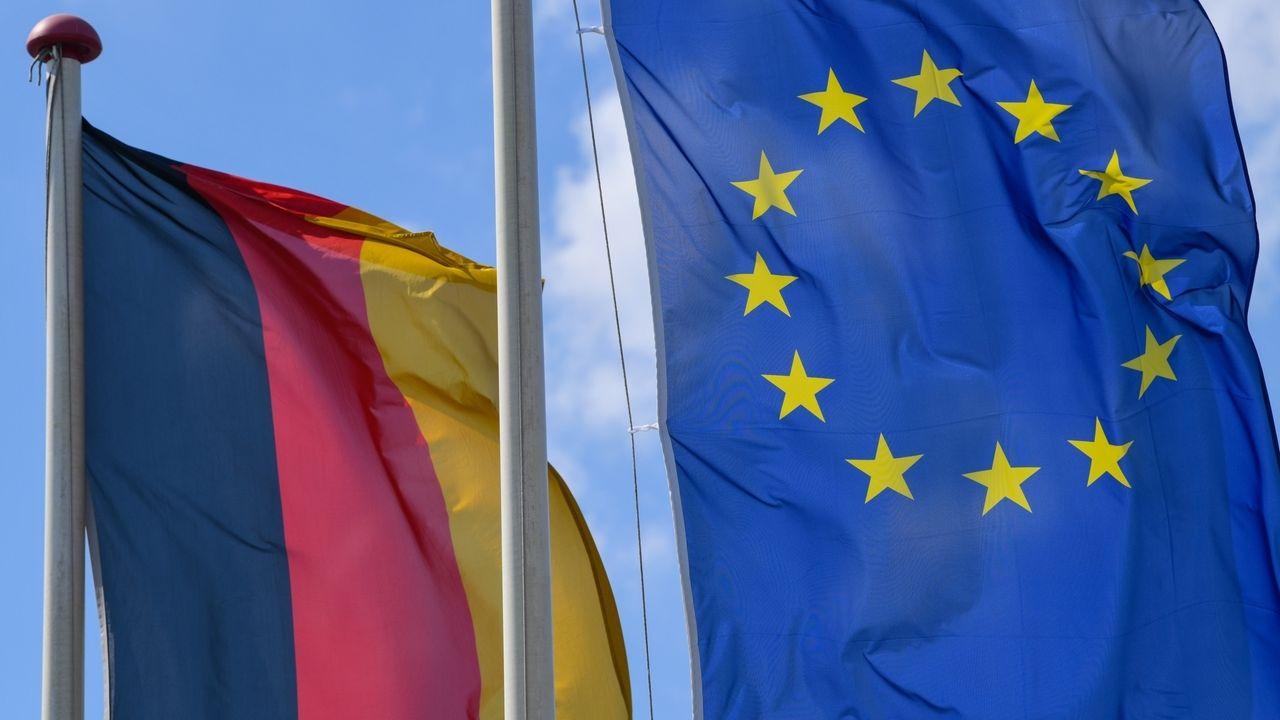 Deutsche und Europa-Fahne