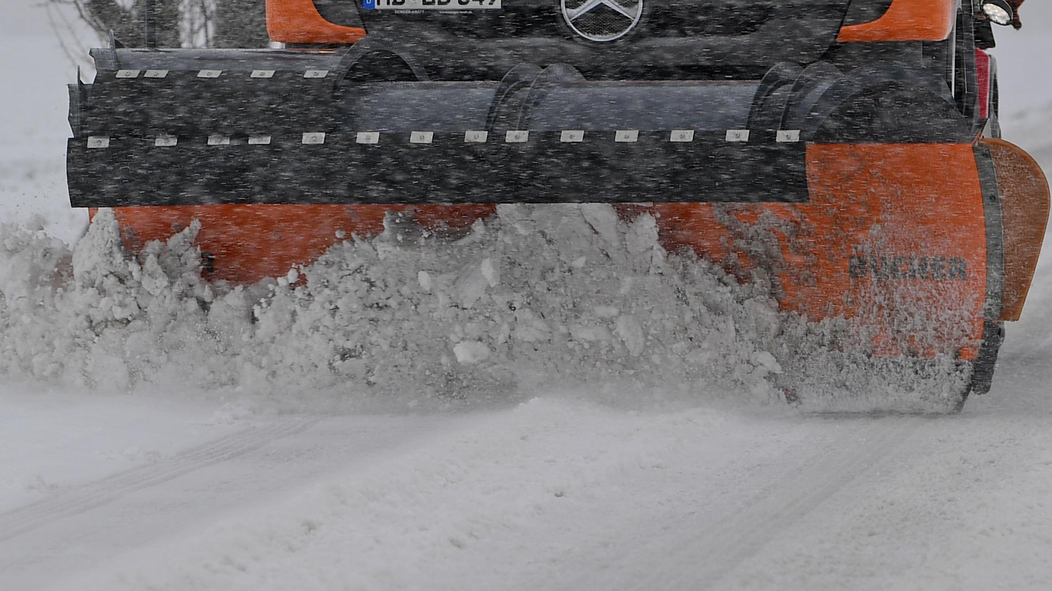 Ein Schneepflug räumt eine Straße (Symbolbild).