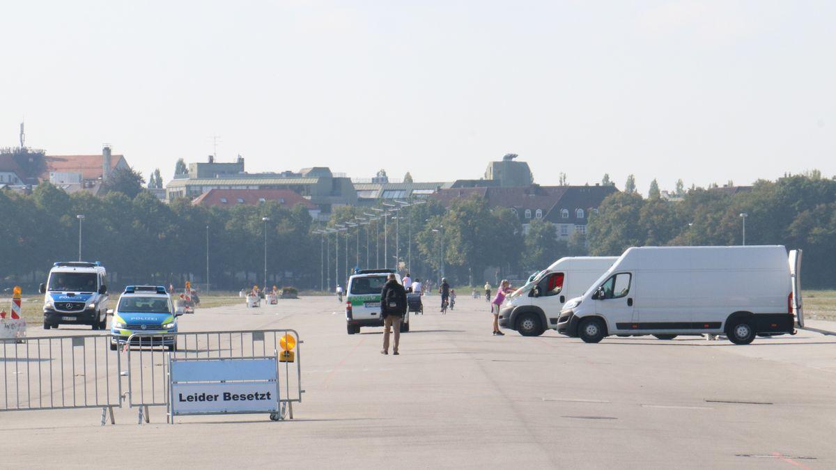 Vorbereitungen auf die Kundgebung in München. Der Zug kommt auf der Theresienwiese an.
