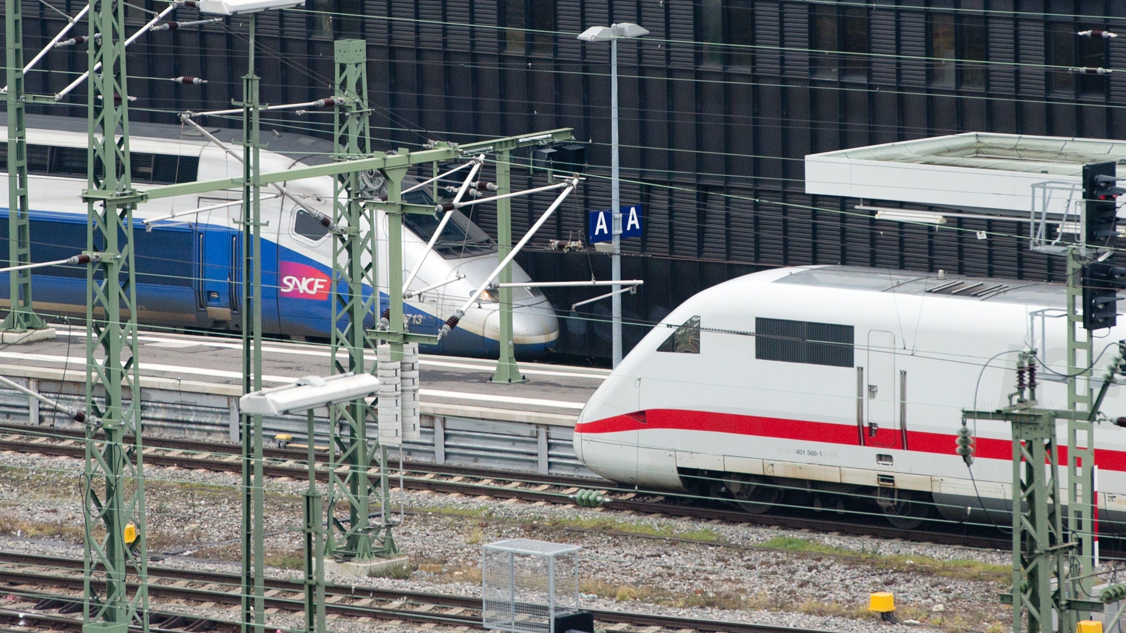 Ein Hochgeschwindigkeitszug TGV (l) und ein ICE stehen im Hauptbahnhof in Stuttgart