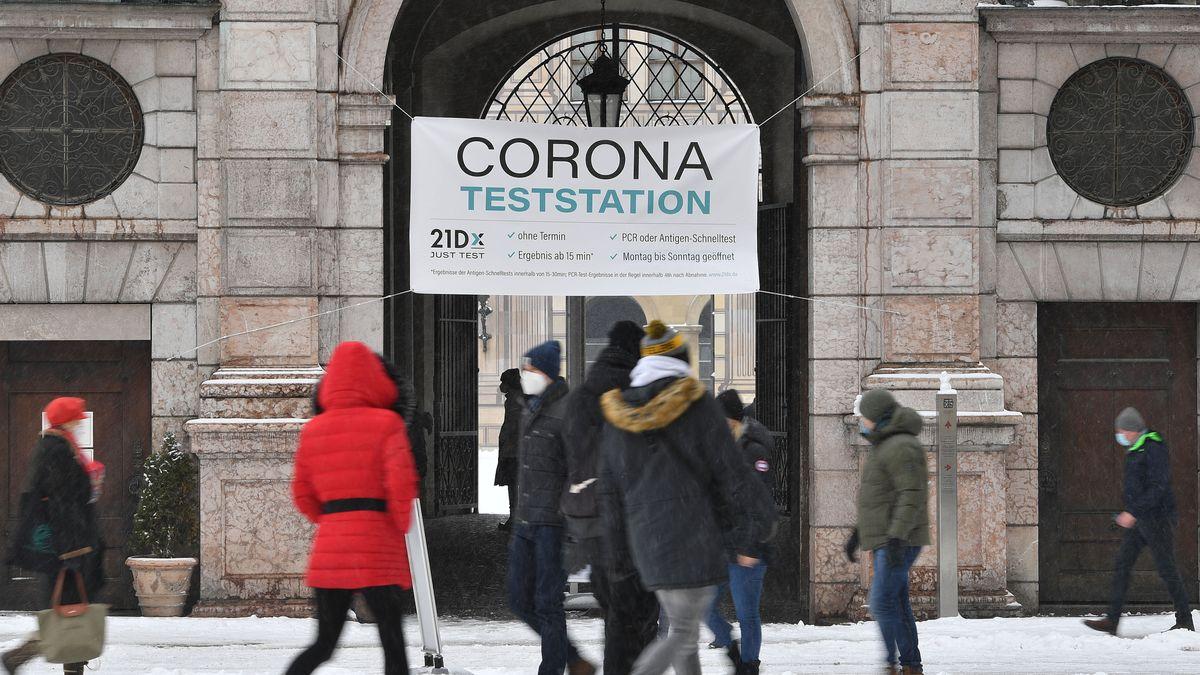 Menschen vor der Corona-Teststation am Münchner Odeonsplatz