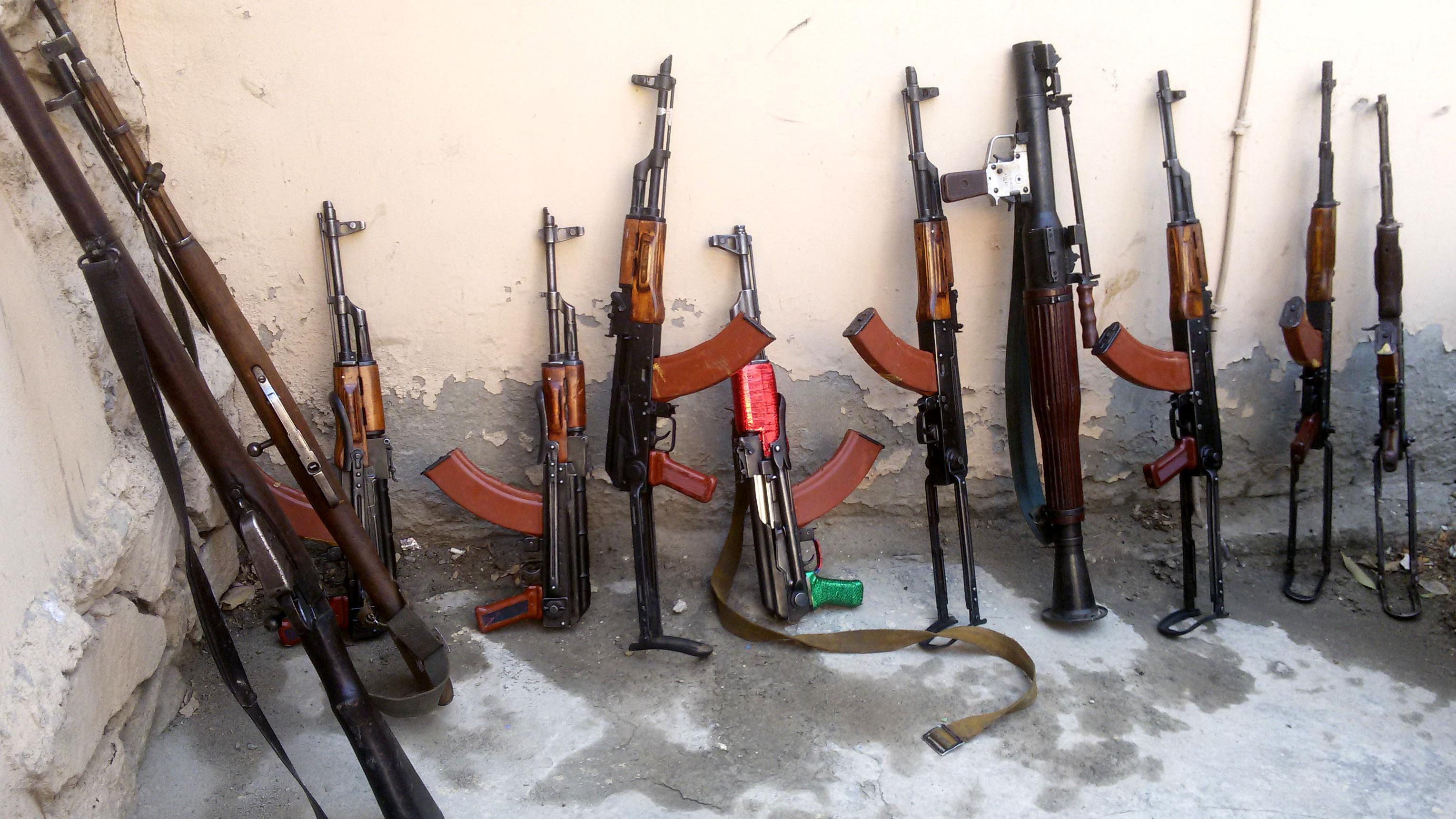 Waffen von IS-Kämpfern lehnen 2015 an einer Wand.