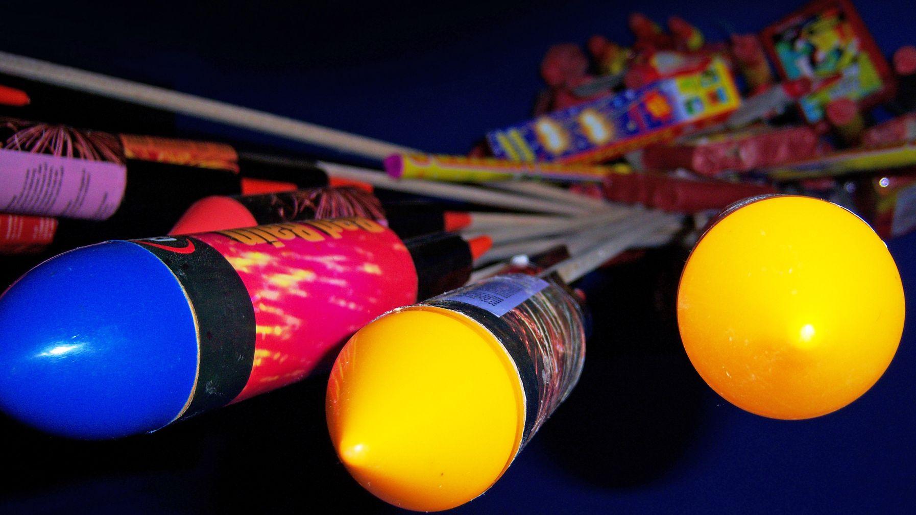 Feuerwerkskörper in Blau und Gelb.