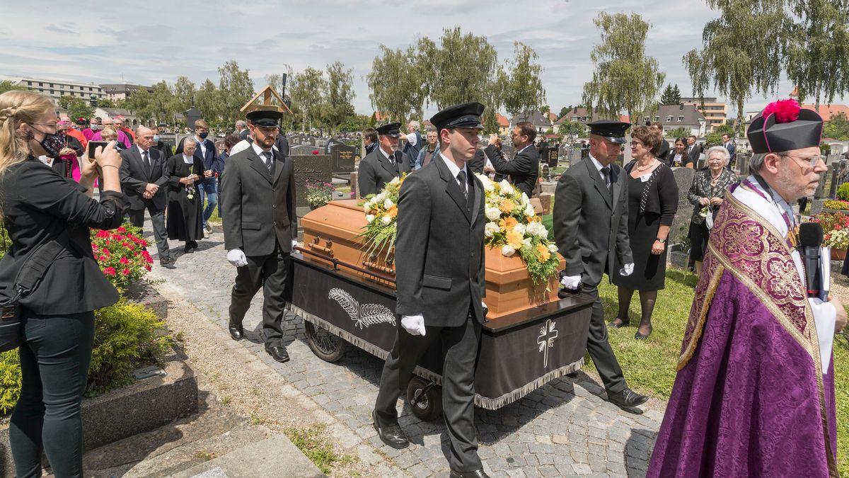Der verstorbene, ehemalige Domkapellmeister und Papstbruder Georg Ratzinger ist am Mittag in Regensburg beerdigt worden.