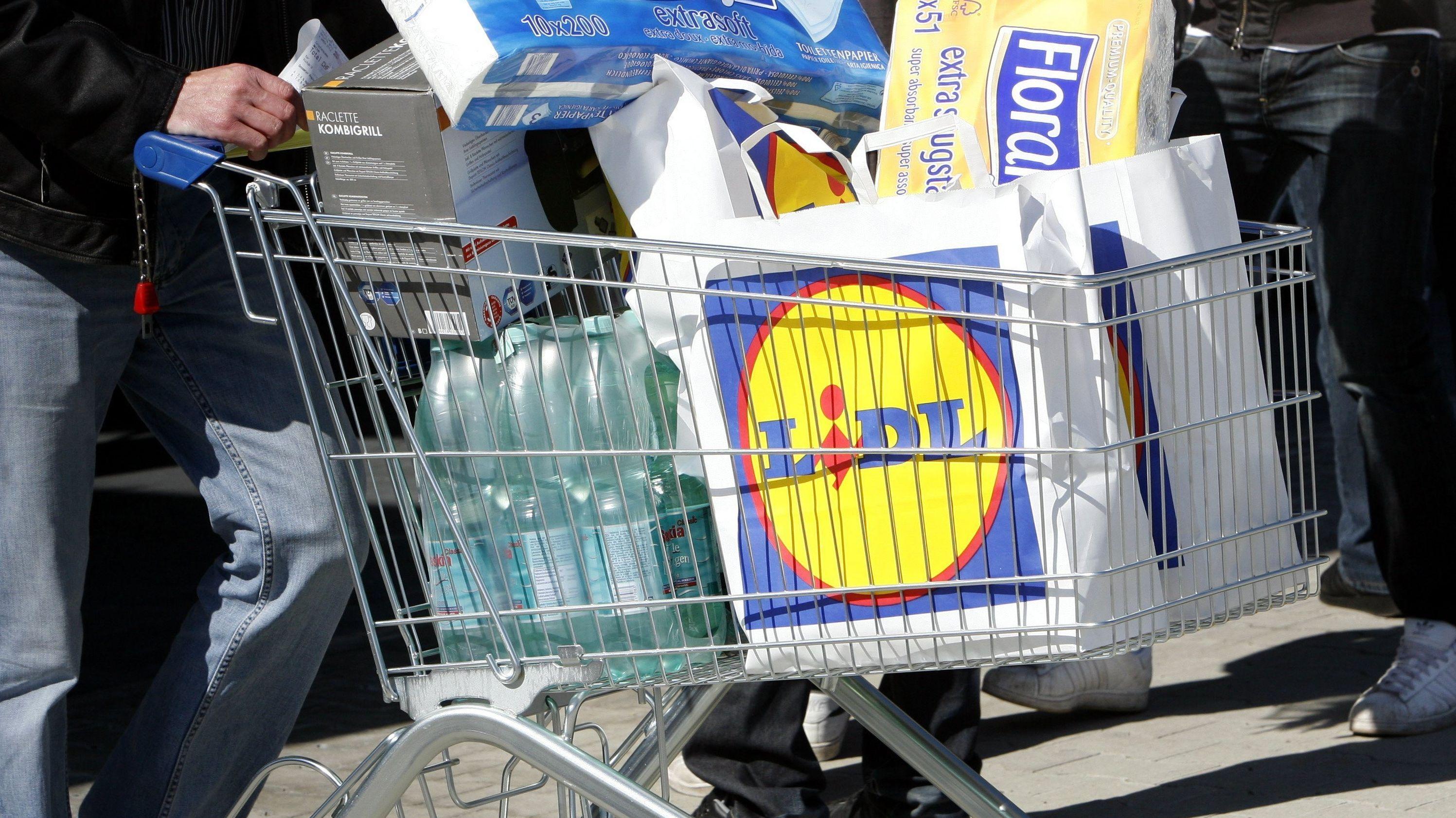 Ein Einkaufswagen von Lidl mit Tüten und Einkäufen