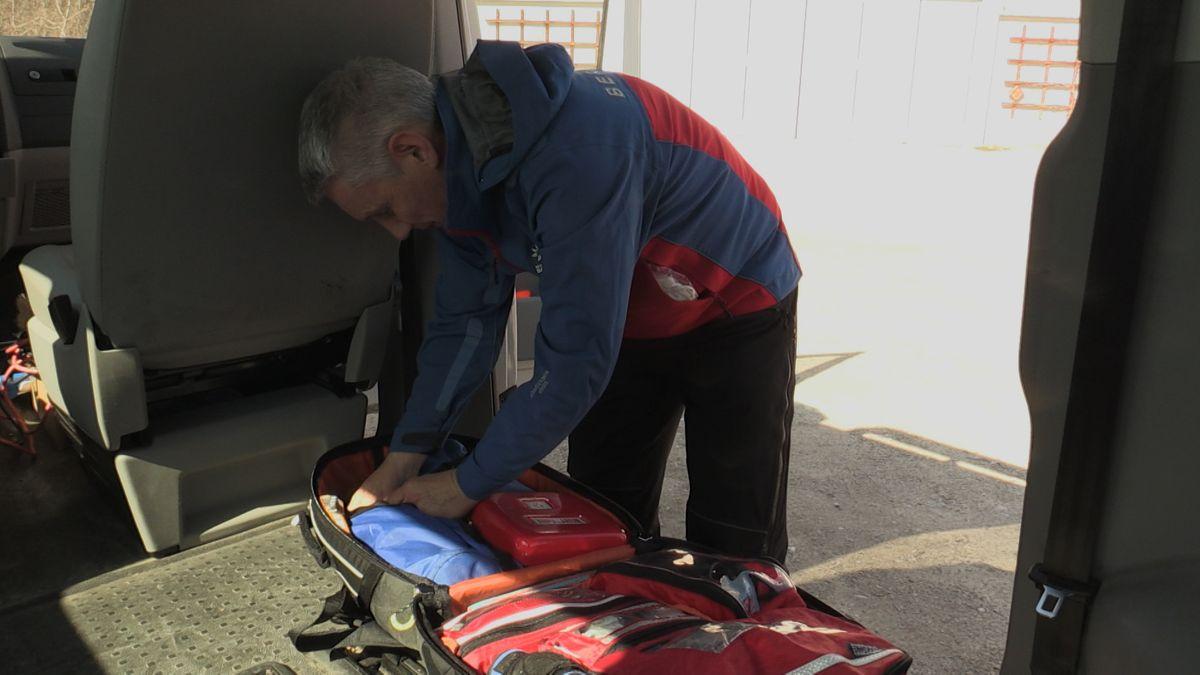 Ein Koffer der Bergwacht wird kontrolliert: Ist alles medzinizsche Einsatzgut dabei?