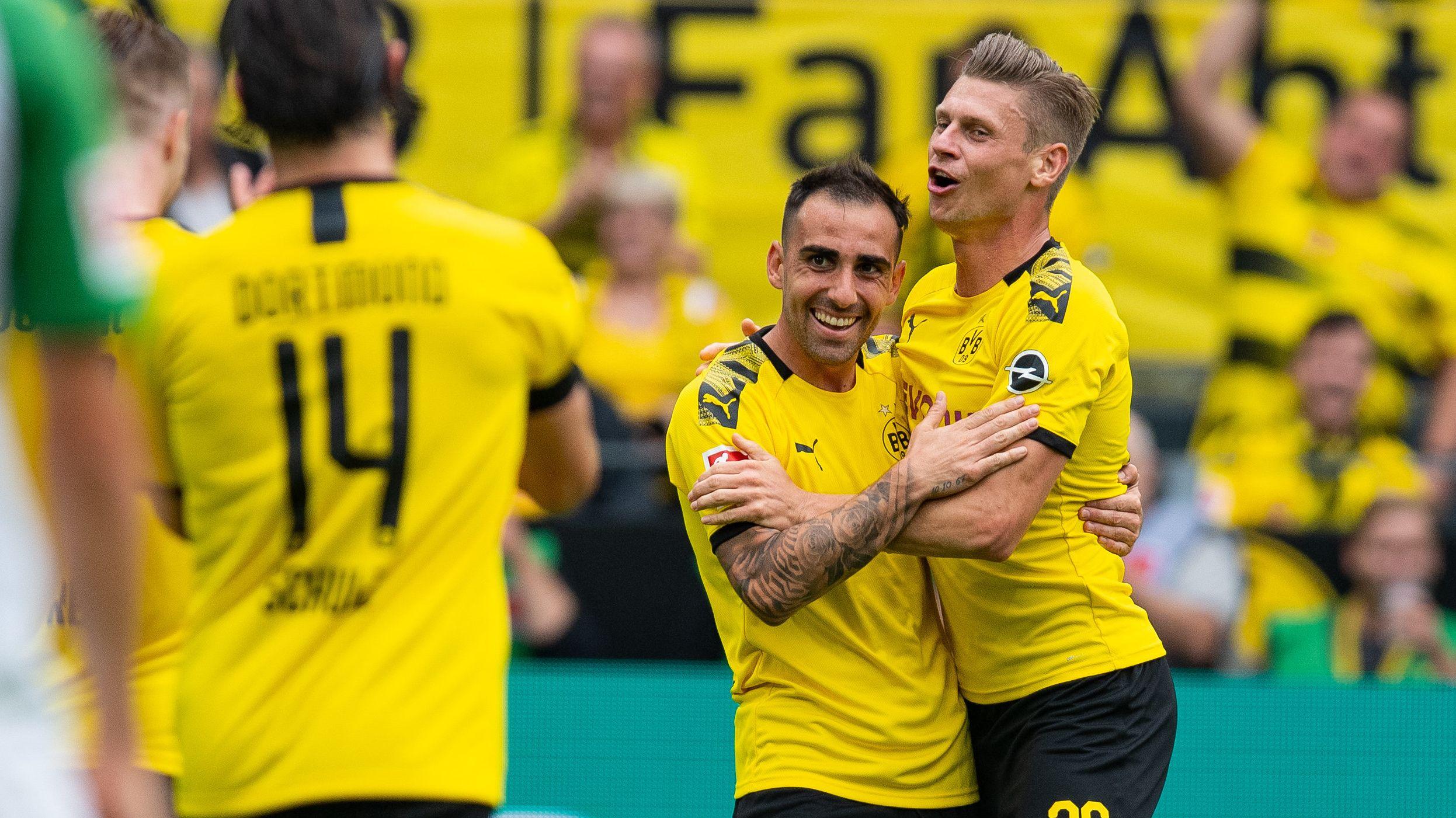 Dortmunds Paco Alcacer (M) bejubelt mit Lukasz Piszczek (r) das Tor zum 3:1.