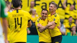 Dortmunds Paco Alcacer (M) bejubelt mit Lukasz Piszczek (r) das Tor zum 3:1.  | Bild:dpa-Bildfunk/Guido Kirchner