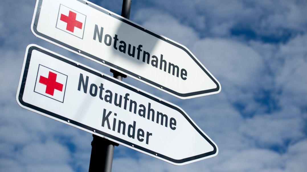 """Zwei Schilder mit der Aufschrift """"Notaufnahme"""" und """"Notaufnahme Kinder"""""""