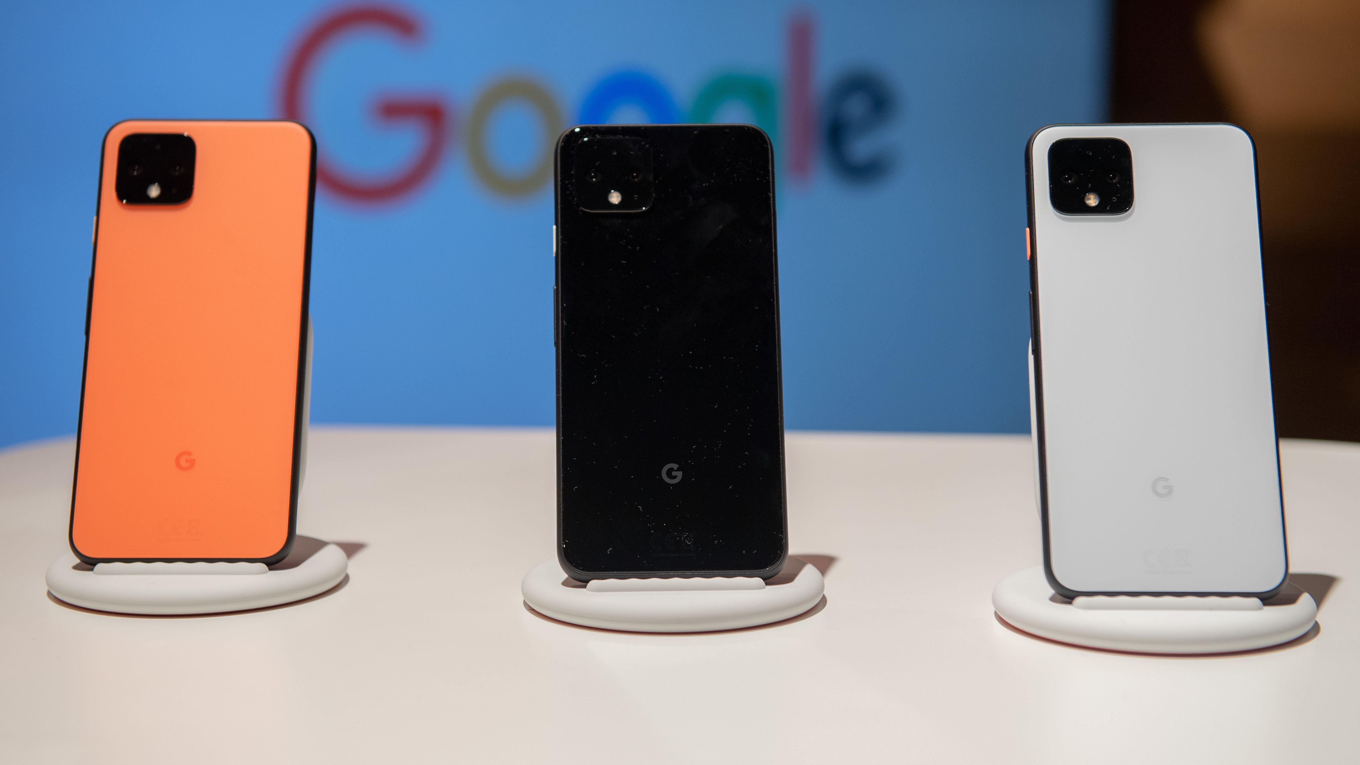 Mehrere Google-Smartphones stehen bei einer Präsentation nebeneinander.