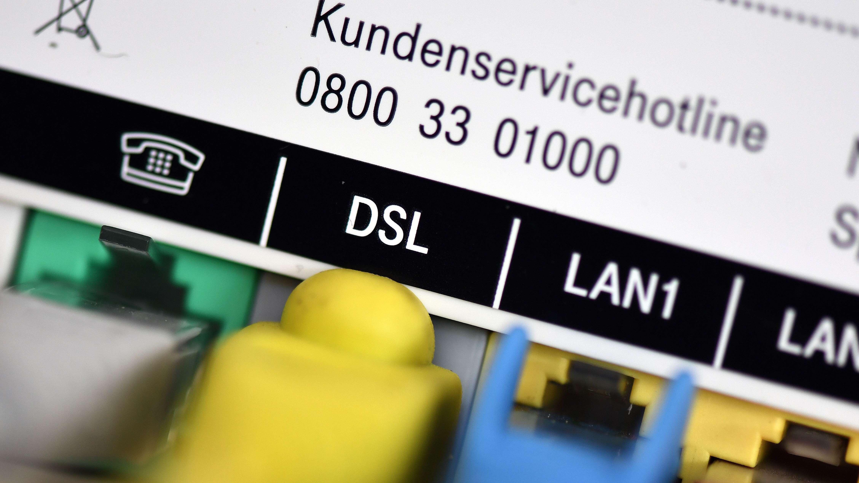 Telefon- und Netzwerkkabel stecken in einem Router