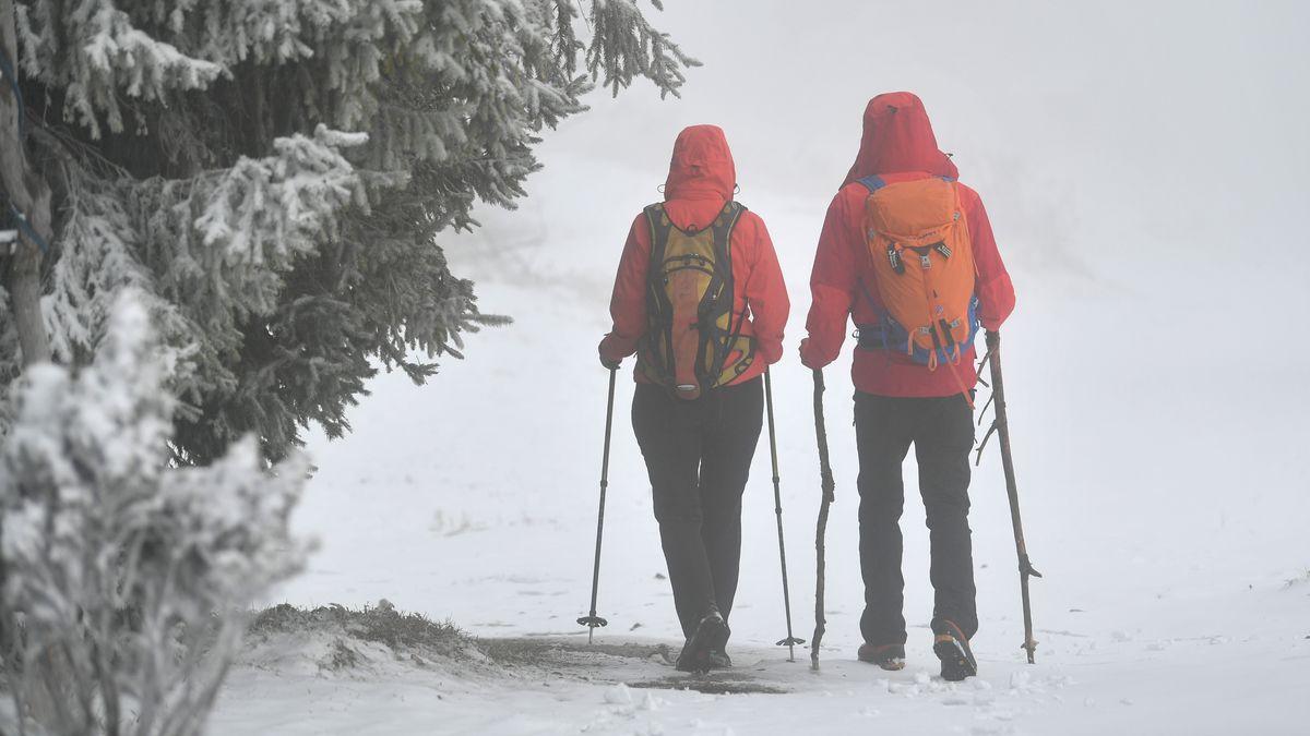 Wanderer im Schnee (Symbolbild)