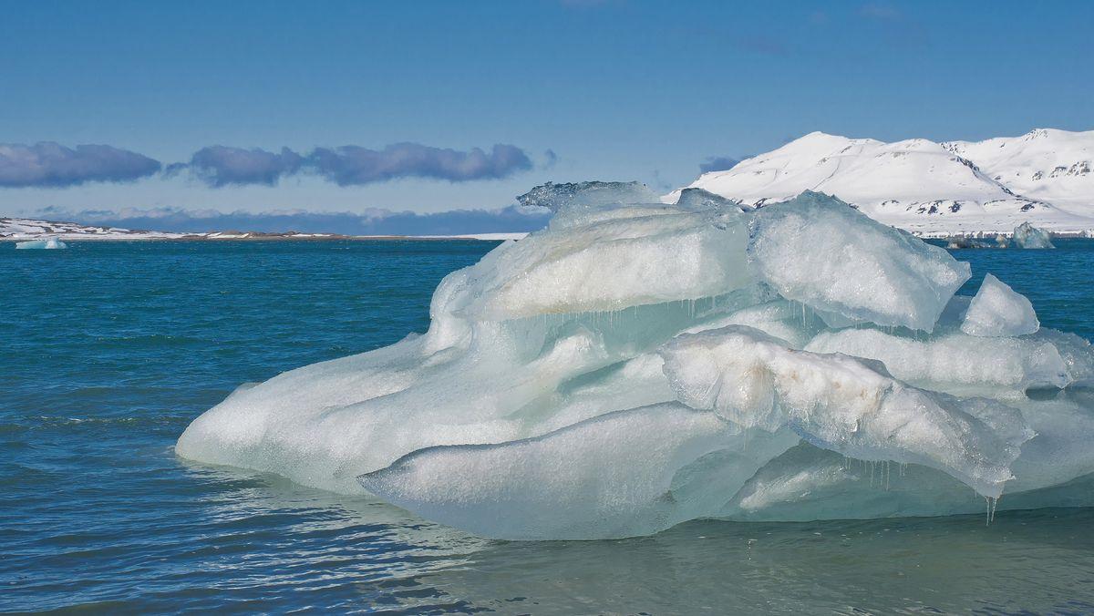 Eisscholle auf Wasser schmilzt; blauer Himmel, Sonne; Das Klima ist ein großes Thema der kommenden Bundestagswahl. Richtungsweisend dafür könnte durchaus auch der Bericht des Weltklimarats sein. Denn dessen Empfehlungen gelten als zentral für die weltweite Klimapolitik.