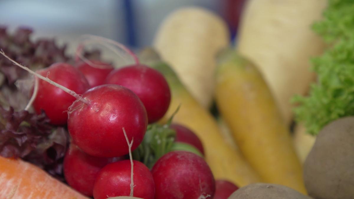 Frisches Gemüse in einem Korb angerichtet.