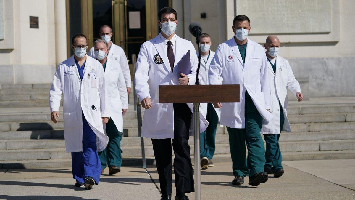 Ärzte vor dem Walter Reed National Military Medical Center