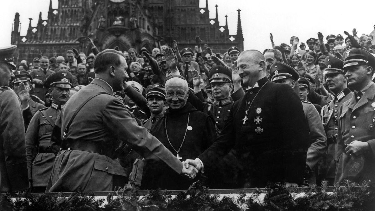 Beim Reichsparteitag 1934 begrüßt Hitler den evangelischen Bischof Ludwig Müller, Spitze der Deutschen Christen, die mit dem Regime folgten.