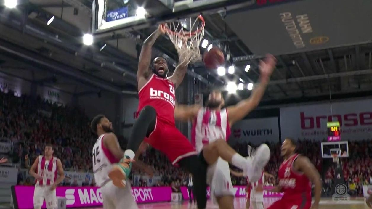 Spielszene aus dem Basketball-Pokal-Halbfinale Bamberg gegen Bonn