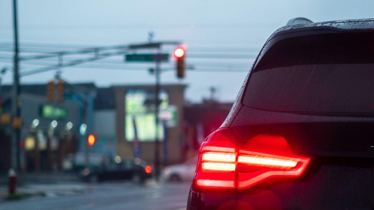 Auto an einer Straßenkreuzung