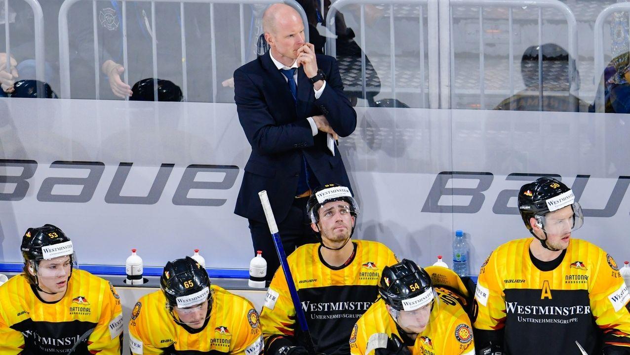 Bundestrainer Toni Söderholm und seine Spieler blicken nachdenklich.