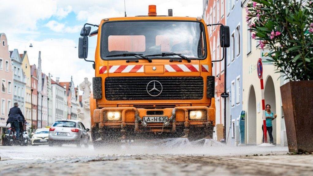 Aufräumarbeiten nach dem Unwetter in Landshut.