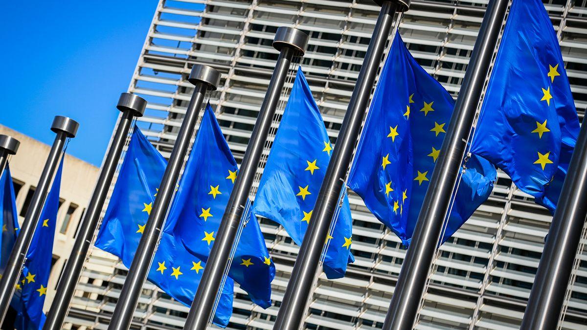 EU-Fahnen vor dem EU-Parlament